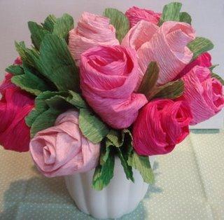 Como fazer flores de papel crepom 12