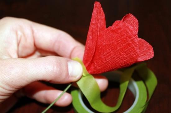 Como fazer flores de papel crepom 14