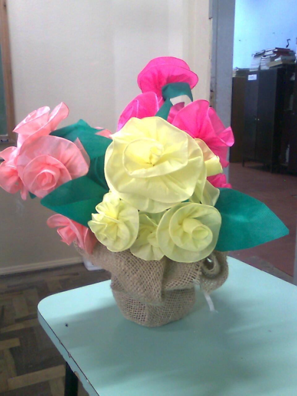 Como fazer flores de papel crepom 16