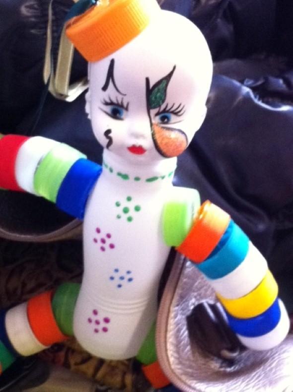 Como fazer boneco com tampinhas de garrafa 001