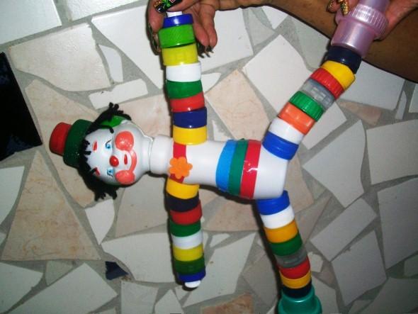Como fazer boneco com tampinhas de garrafa 012