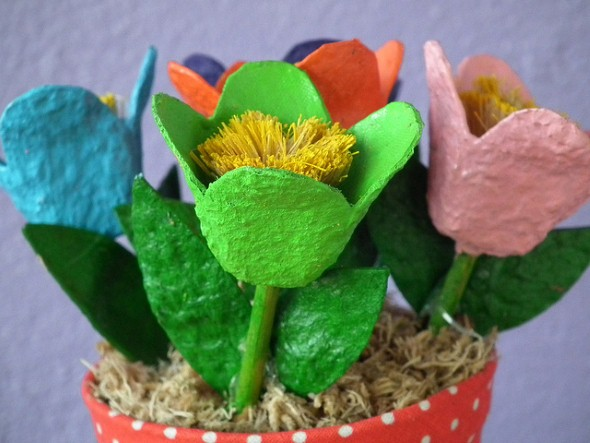 abaixo separamos algumas imagens de flores feitas   caixa de ovos
