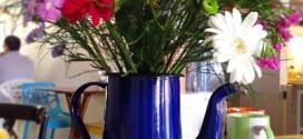 Vasos feitos com bules e chaleiras antigas