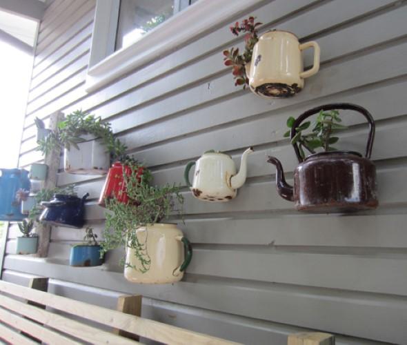 Vasos feitos com bules e chaleiras antigas 011