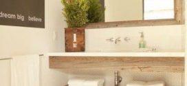 Balcões e nichos embutidos para guardar todos objetos no banheiro