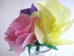 Como fazer flores de papel crepom 01