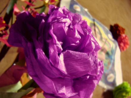 Como fazer flores de papel crepom 07