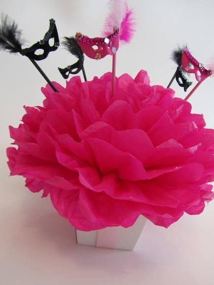 Como fazer flores de papel crepom 13