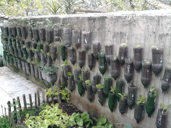 Horta feita com garrafas PET 005