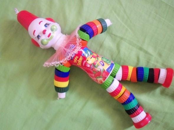 Como fazer boneco com tampinhas de garrafa 005