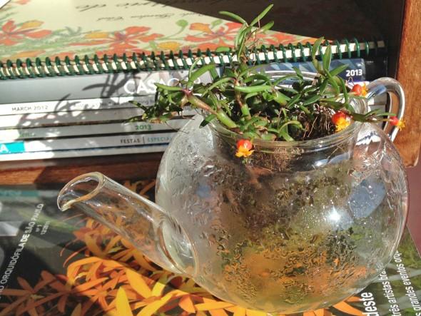 Vasos feitos com bules e chaleiras antigas 007