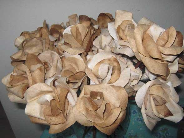 Como fazer flores com filtro de café 011